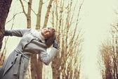 Chica mirando el cielo — Foto de Stock