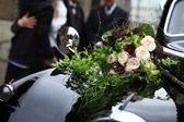 Bridal bouquet on vintage wedding car — Stock Photo