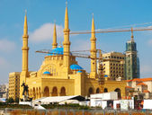Restoration of a mosque by means of elevating cranes — Stock Photo