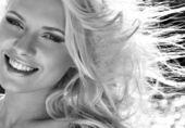 Vacker blond kvinna b&w — Stockfoto