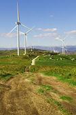山の頂上で白い風タービン — ストック写真