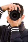 Primer plano de un joven fotógrafo con cámara, aislado en blanco — Foto de Stock