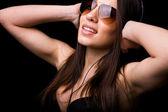听音乐的快乐女孩的肖像 — 图库照片