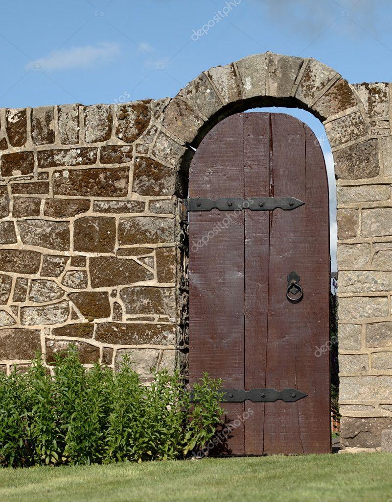 Vieille porte en bois dans le mur de pierre de jardin for Jardin mur en pierre