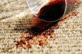 Czerwone wino wyciek na czystej wełny dywan — Zdjęcie stockowe