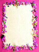 紫色的花瓣和水疗用品. — 图库照片