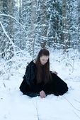 Meisje in winter forest — Stockfoto