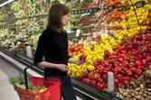 Mulher fazer compras no super mercado — Fotografia Stock