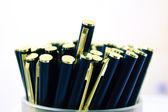 Escena de macro con elegantes bolígrafos metálicos en contenedor — Foto de Stock