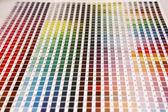 Dikey konumda renk kılavuzu ve pantone renkleri — Stok fotoğraf