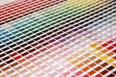 颜色的 pantone 颜色指南,以斜角位置 — 图库照片