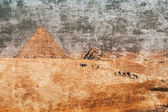Camel caravan moving to the pyramid — Stock Photo