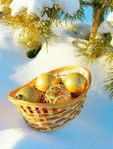 Bugia di giocattoli di capodanno sulla neve — Foto Stock