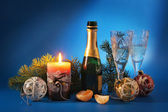 Nieuwjaar Stilleven met een kaars en champagne — Stockfoto