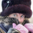 Foto Stock: Cold weather. wommuffles up in fur collar