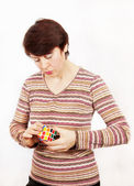 Kadın rubik küpü tutar — Stok fotoğraf
