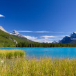 Lake with turquoise blue water, Rocky Mountains and clear sky — Stock Photo