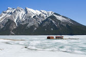 Winter landscape with Lake Minnewanka and Canadian Rockies, Banff NP — Foto Stock