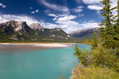 Beautiful canadian landscape with river and Rocky Mountains — Stock Photo