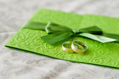 Wedding invitation and rings — Stock Photo
