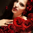 Close-up portrait de femme avec roses rouges — Photo