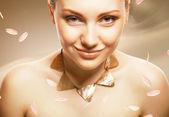 Mujer adulta con accesorios sobre fondo color sepia con pétalos — Foto de Stock