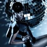 attraktive Afrikanerin mit Discokugel — Stockfoto