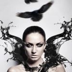 femme brunette sexy avec splash noir et corbeaux — Photo #9284103