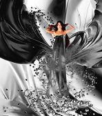 Déesse de l'amour en robe noire et coeurs — Photo