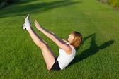 Jonge vrouw tabbladen oefeningen maken — Stockfoto