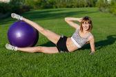 молодая женщина, делая упражнения фитнес — Стоковое фото