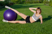 Mujer joven haciendo ejercicios de fitness — Foto de Stock