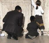 Familia joven en el muro de los lamentos — Foto de Stock