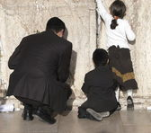 Young family at the Wailing Wall — Stok fotoğraf