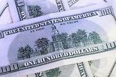 Billetes de 100 dólares en un montón de cerca — Foto de Stock