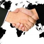 Рукопожатие соглашение двух бизнесмены — Стоковое фото