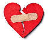 Cœur brisé amour relation et bandage en plâtre — Photo