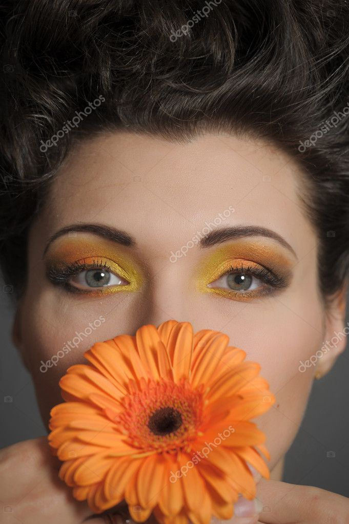 The beautiful woman with a bright make-up and from the gerbery — Stock Photo #9961388