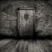 Grunge interieur met gevangenis deur — Stockfoto
