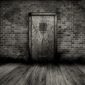 Grunge interiör med fängelse dörr — Stockfoto