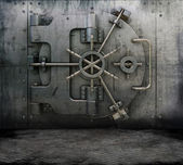 Grunge interior with bank vault — 图库照片