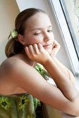 Piękna dziewczyna w pobliżu okna — Zdjęcie stockowe