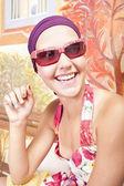 Sonriendo a hermosa chica con uñas de colores — Foto de Stock