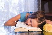 Scolaresche positivo ragazza con il libro a casa — Foto Stock