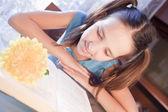 Chica academia positivo con el libro en casa — Foto de Stock
