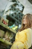 Jovem mulher às compras — Foto Stock