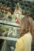 Giovane donna shopping — Foto Stock