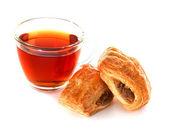 Xícara de chá com bolo dinamarquês de canela — Foto Stock
