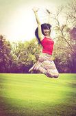 跳跃的年轻女子 — 图库照片
