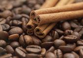 コーヒー豆とシナモンの棒 — ストック写真